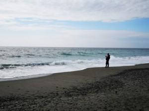 静岡県中田島砂丘海岸でウェーディングするルアーマン FISH&MAPS
